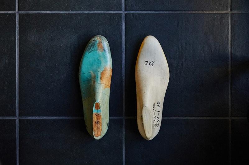右側:足なりの木型「後方屈曲木型」のミレニアルラストバージョン。木型の後方が足なりに内側にひねった形状となっている。 左側:通常設計の木型。 中心線が前から後ろまで一直線となっている。大量生産用の木型
